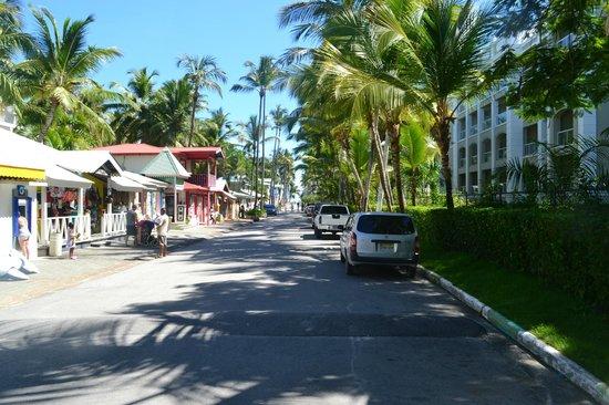 Hotel Riu Naiboa : the short walkway to the beach