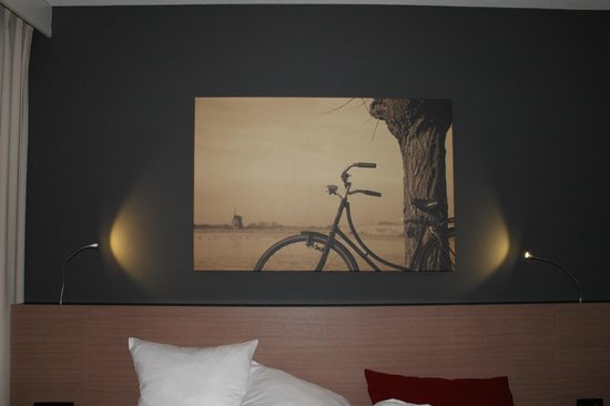 Park Plaza Amsterdam Airport: Nice touch with the painting in the room