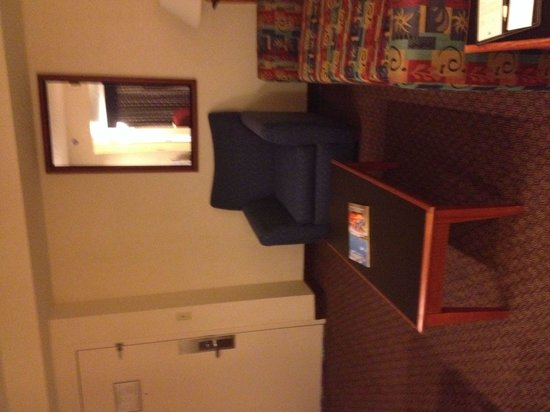 Richmond Airport Hotel: Old decor.  Very spacious but didn't even sit down on the couch.  Couldn't see if it was clean o