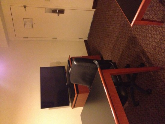 Richmond Airport Hotel: Tv in the living room. Big leather chair for desk