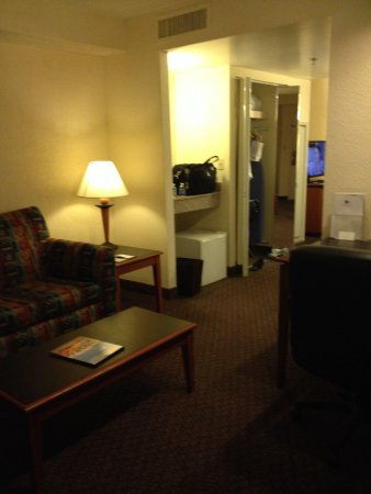 Richmond Airport Hotel: View from main entrance towards closet and bedroom. Very good space but decor is old
