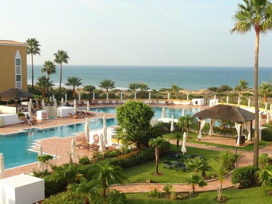 Melia Sancti Petri : Vista de los jardines y el mar desde la terraza de la fenomenal habitacion