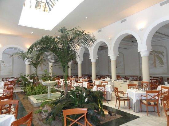 Melia Sancti Petri : Amplisimo salon de desayunos interior.