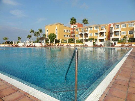 Meliá Sancti Petri: EL sol alegra estos amplios jardines y la bella piscina
