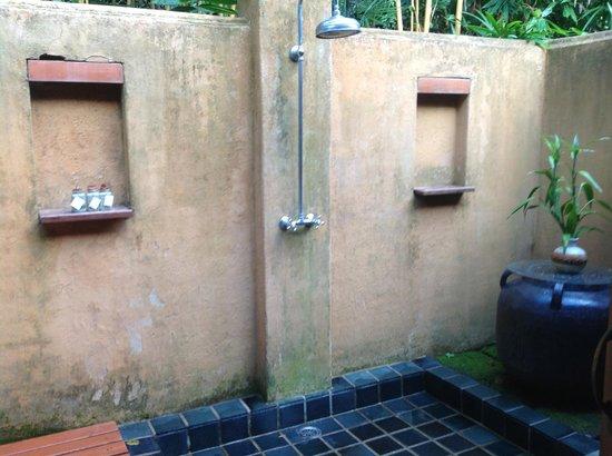 Suanthip Vana Resort: outdoor shower and bath
