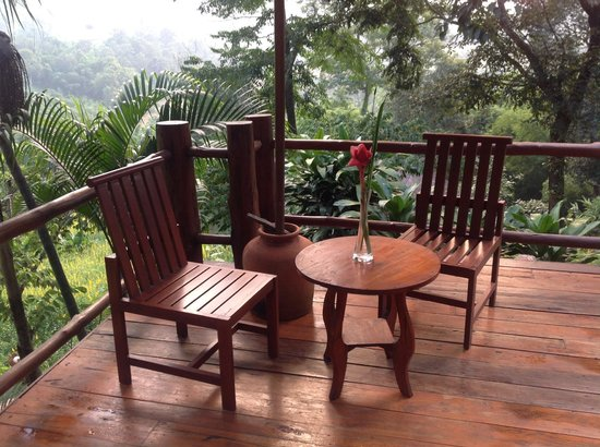 Suanthip Vana Resort: relaxing outside on the deck