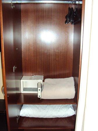 Alma del Plata Buenos Aires Hotel & Apart: Vista interna del closet