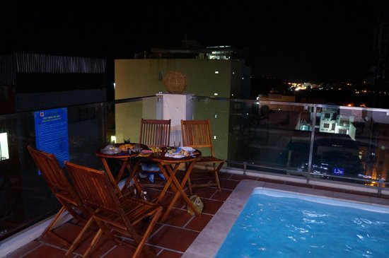 Victorian Nha Trang Hotel : Вечером у бассейна