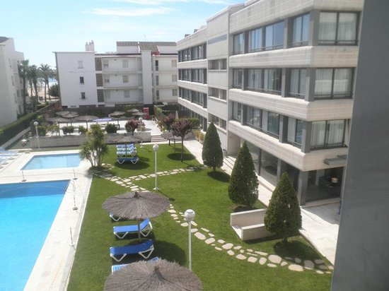 Atenea Park Suites Apartaments : Fachada de los apartamentos y piscina