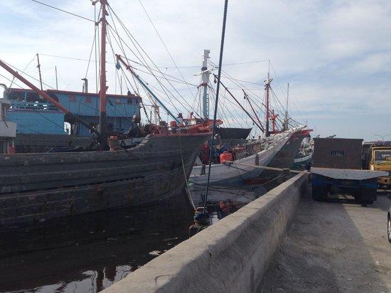 Sunda Kelapa Harbour: Schiff am Kai