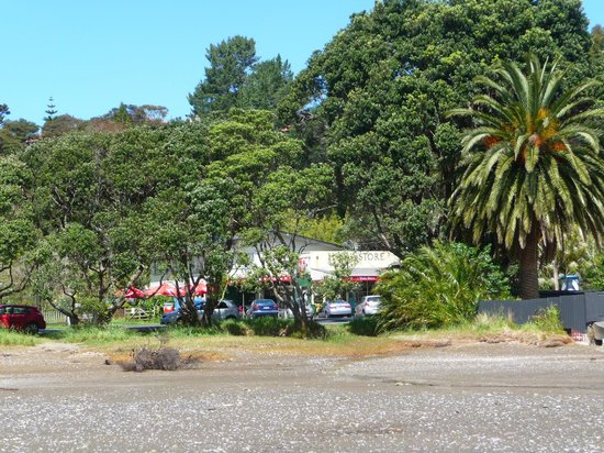 Huia Beach Store & Cafe : The cafe from the beach