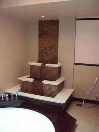 Siripanna Villa Resort & Spa: water feature in the bathroom