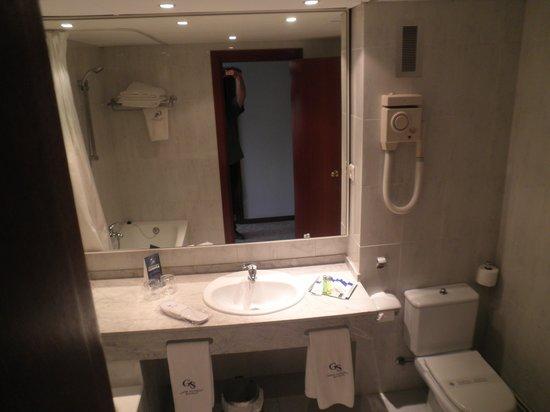 Hotel Ciudad de Castelldefels: El baño