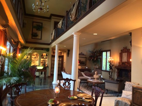 The Blue Heron Guest House: Breakfast overlooking the lake