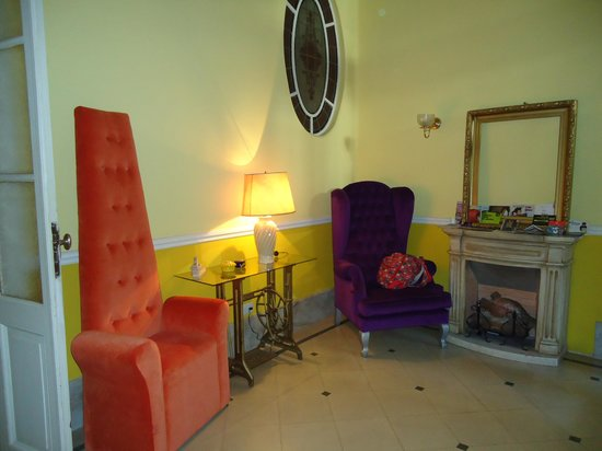 Petit Hotel El Vitraux: Sala de entrada