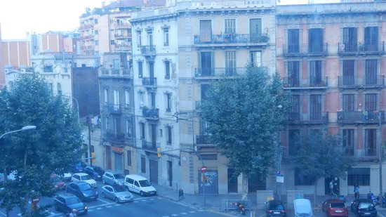 Hotel Catalonia Sagrada Familia: Typical Spanish view from room at front of hotel