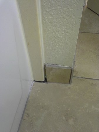 Hampton Inn Port Charlotte / Punta Gorda: unfinished tile