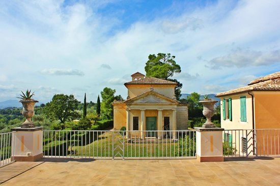 Villa Pianciani: The chapel viewed from the sunset terrace