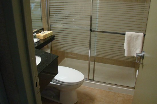 Hotel Q New York: The bathroom was in good shape, clean and plentifully stocked.