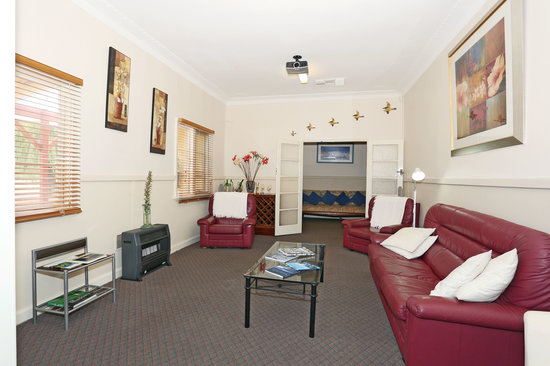 Busselton Guest House: lounge room