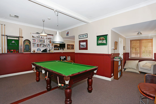 Busselton Guest House: pool room with reading nook
