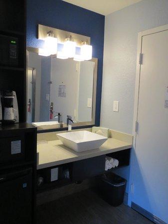 La Quinta Inn & Suites San Jose Airport : Bright vanity area