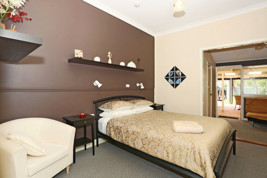 Busselton Guest House: Deluxe room opening onto outdoor area