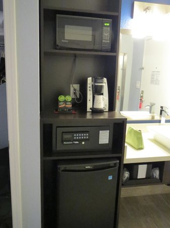 La Quinta Inn & Suites San Jose Airport : Safe, coffee maker, fridge