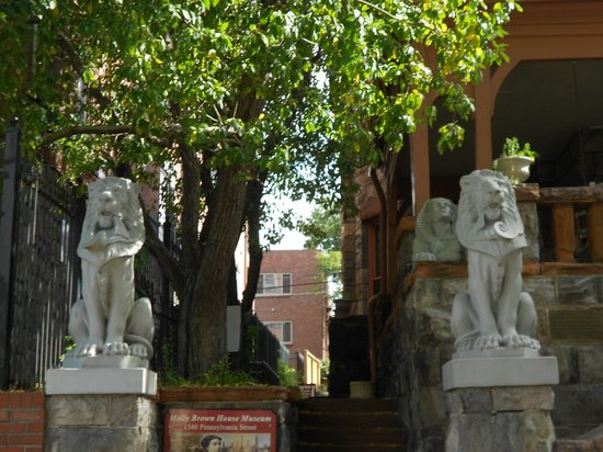 Molly Brown House Museum : Lions outside