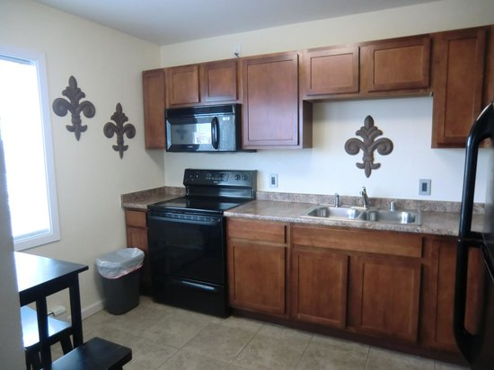 Anchorage Uptown Suites: kitchen but lacking