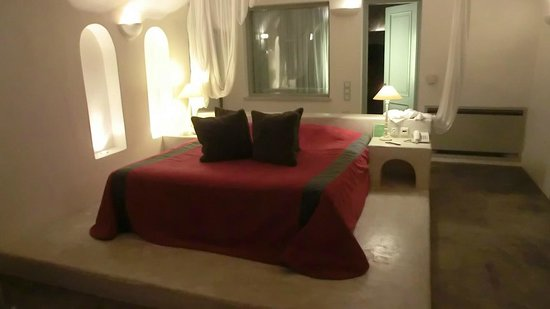 Andronis Luxury Suites: Bed room.