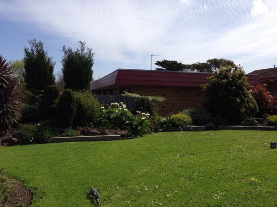 Melaleuca Motel: The garden is beautiful, and perfectly maintained, like the large comfortable rooms.