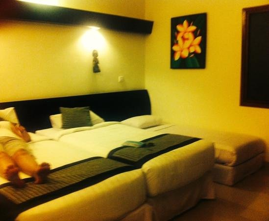 Respati Beach Hotel: twin room with roll away