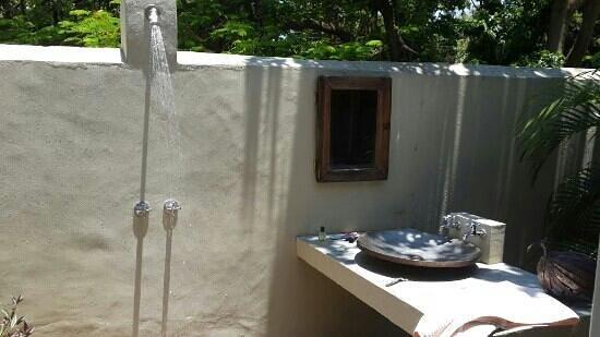 Norman Carr Cottage: outside shower