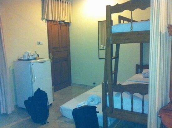 Green Garden Hotel: family room with extra matress and privavy curtain