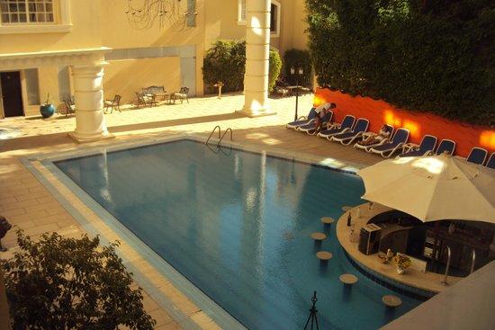 Elysees Hotel: Бассейн на территории отеля