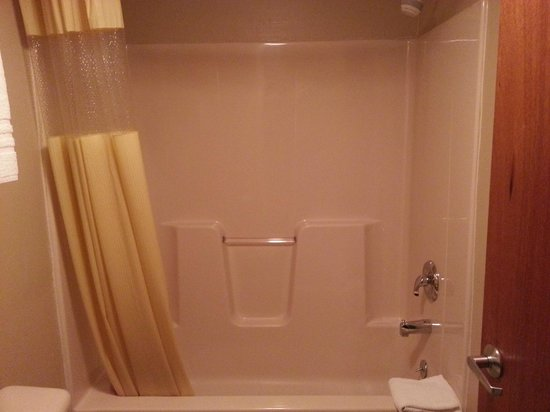 Days Inn & Suites Niagara Falls/Buffalo: Shower & Tub