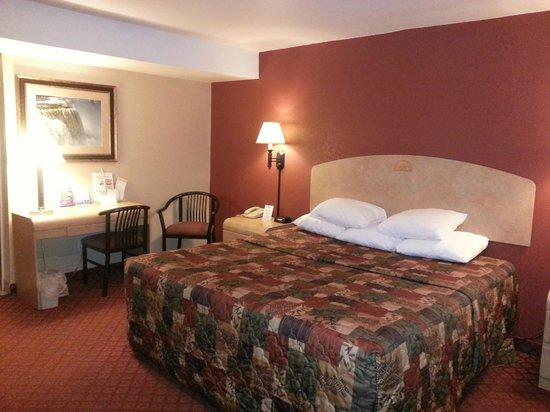 Days Inn & Suites Niagara Falls/Buffalo: Another shot of room