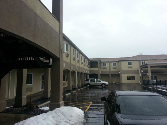 Days Inn & Suites Niagara Falls/Buffalo: Across the Courtyard