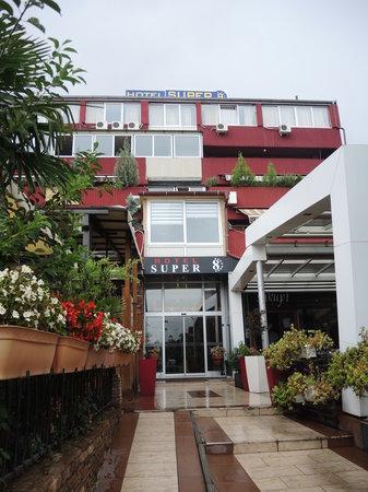 Hotel Super 8: вход в отель рядом ресторан