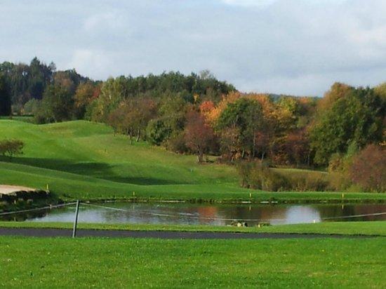 Angel's - das Hotel am Golfpark: Blick vom Zimmerbalkon auf den Golfplatz