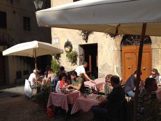 Sette di Vino: Table outside in the sunshine