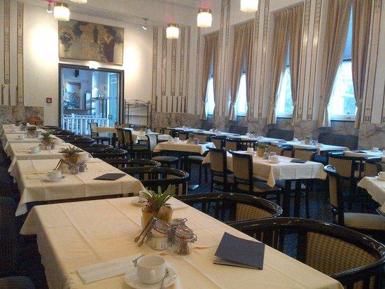 Hotel Wiesler : 朝食用レストラン①