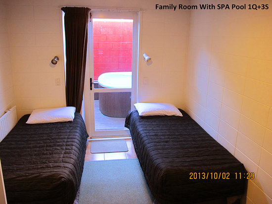 Gateway International Motel: Family room with spa pool