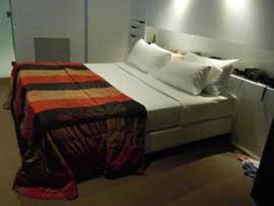 The Henry Jones Art Hotel: bed
