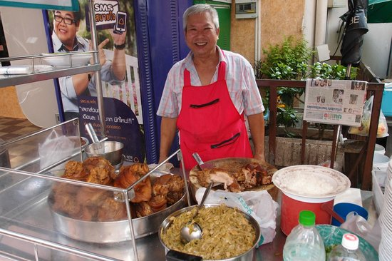 Citadines Sukhumvit 8 Bangkok: Braised pork rice stall near Nana BTS, a choice for breakfast