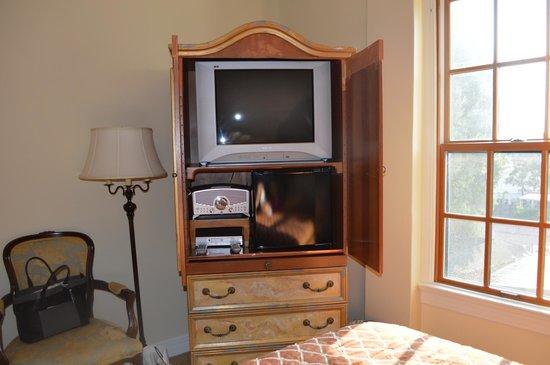 Montecito Inn: Room Nearest Elevator-TV, surely not a Flat Screen