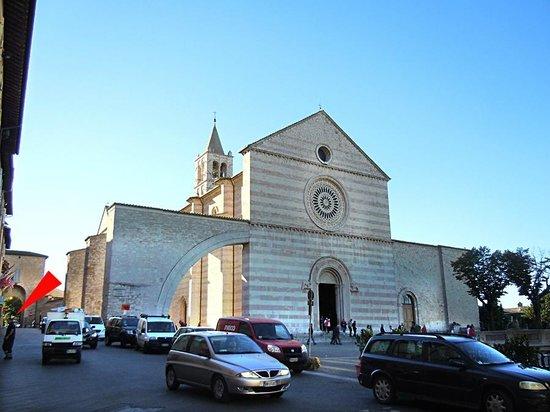 Roma Hotel : Это Piazza Santa Chiara, а красной стрелочкой помечено, где человек на фото входит в отель