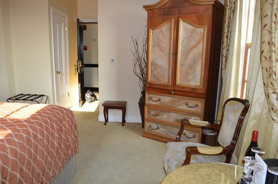 Montecito Inn : Little larger room, Nice quiet AC and decor