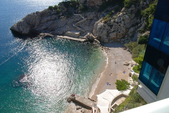 Hotel Bellevue Dubrovnik: The beach as seen from the room.
